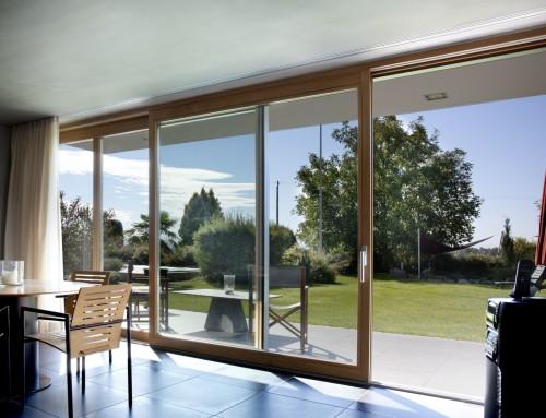 Moderner Kubus als Anbau – Aluminium-Holz-Fenster