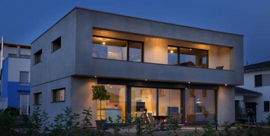 Beton Alu-Holz-Fenster bei Nacht